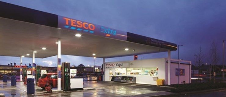 ‪Tesco is to cut the cost of petrol and diesel by two pence per litre ‬